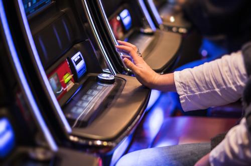 homme assis à une machine à sous dans un casino