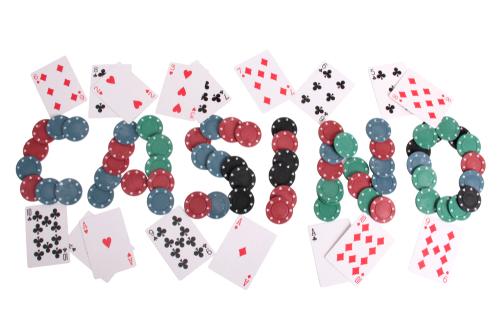 illustration de multiples jetons de casino disposés afin de former le mot casino