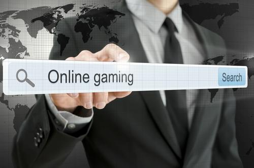 illustration d'un homme élégant tenant en main une barre d'adresse de site internet