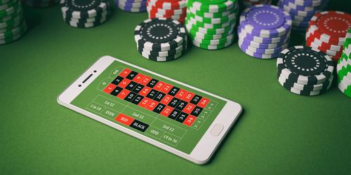 jetons de casino et smartphone sur une table de jeu